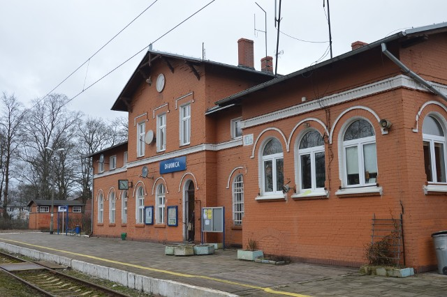 Przy ul. Kolejowej w Damnicy zlokalizowana jest m.in. stacja PKP.