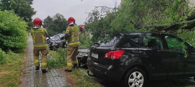 Strażacy usuwają skutki ulewy, która przeszła przez region Wielkopolski. Instytut Meteorologii i Gospodarki Wodnej informował, że w środę, 30 czerwca, przez cały kraj przejdą gwałtowne burze, ulewny deszcz i bardzo silny wiatr