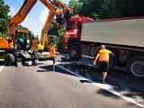 Wypadek na DK6 koło Sianowa. Kierowca stracił panowanie nad ciężarówką [ZDJĘCIA]