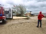 Wypadek kitesurfera na polu kempingowym w Chałupach. Silny wiatr rzucił mężczyzną o brzeg. Poszkodowanego zabrał śmigłowiec