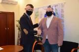 Gratulacje dla Rolnika Roku Piotra Rokity. Wójt Mirosław Seweryn przekazał życzenia i kupon upominkowy