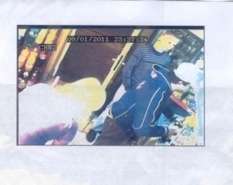 Policja poszukuje czwartego uczestnika rozboju na ul. Milionowej widocznego na zdjęciu z kamer monitoringu.