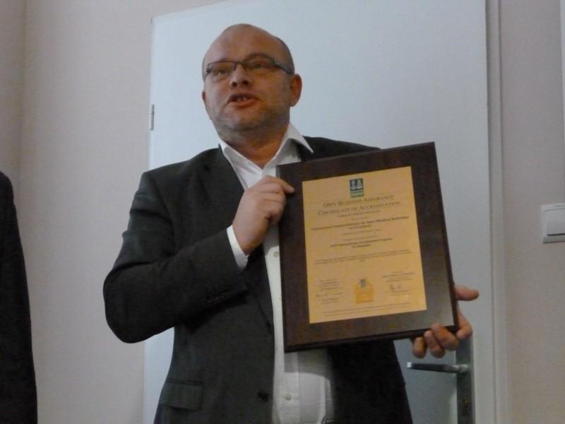 Piotr Pobrotyn, dyrektor szpitala, z certyfikatem .
