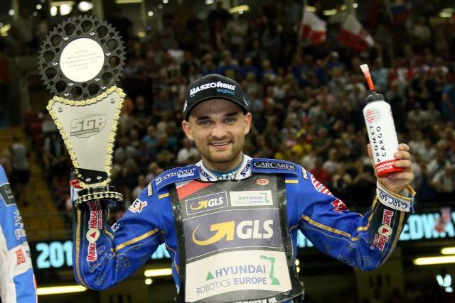Bartosz Zmarzlik bardzo blisko indywidualnego mistrzostwa świata. W Cardiff Polak jeździł świetnie, ale w finale musiał uznać wyższość najgroźniejszych rywali. W klasyfikacji generalnej ma jednak 7 punktów przewagi. Ostatni turniej Grand Prix za dwa tygodnie w Toruniu.Grand Prix w Cardiff1. Leon Madsen (Dania) - 17 (1,2,2,3,3,3,g3)2. Emil Sajfutdinow (Rosja) - 17 (3,1,3,3,3,2,2)3. Bartosz Zmarzlik (Polska) - 15 (1,3,3,1,3,3,1)4. Jason Doyle (Australia) - 13 (2,3,2,2,2,2,0)5. Fredrik Lindgren (Szwecja) - 11 (2,3,2,1,3,0)6. Antonio Lindbaeck (Szwecja) - 9 (3,0,1,3,2,0)7. Martin Vaculik (Słowacja) - 9 (0,w,3,3,2,1)8. Matej Zagar (Słowenia) - 9 (1,2,1,2,2,1)9. Maciej Janowski (Polska) - 7 (3,2,1,0,1)10. Artiom Łaguta (Rosja) - 6 (3,3,0,0,0)11. Robert Lambert (Wielka Brytania) - 6 (1,0,3,2,0)12. Charles Wright (Wielka Brytania) - 5 (2,2,0,0,1)13. Tai Woffinden (Wielka Brytania) - 5 (w,1,2,2,0)14. Niels Kristian Iversen (Dania) - 5 (2,1,0,1,1)15. Patryk Dudek (Polska) - 3 (0,1,1,0,1)16. Janusz Kołodziej (Polska) - 1 (0,0,0,1,0)