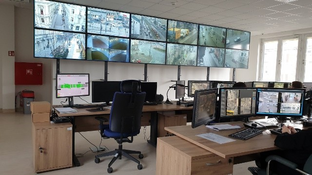 Sala obserwacyjna łódzkiego monitoringu w siedzibie Straży Miejskiej.