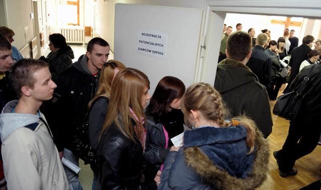 Przemyślanie chcą byc dawcami szpikuKilkaset osób dolączylo w czwartek, 18 bm. do rejestru kandydatów na dawców szpiku podczas akcji zorganizowanej przez Szpital Wojewódzki w Przemyślu i Fundacje Przeciwko Leukemii im. Agaty Mróz-Olszewskiej.