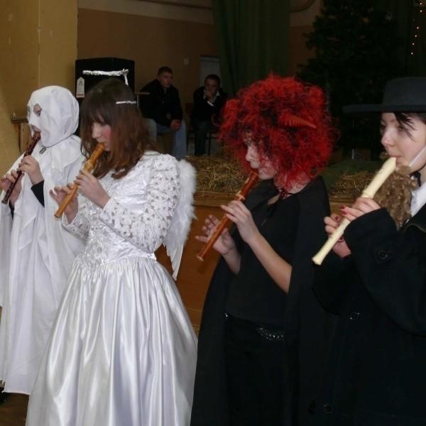 Śmierć, anioł, diabeł i żyd czyli kwartet wykonujący na fletach polska kolędę wzruszał, urzekał i zdumiewał – a był to zespół Gimnazjum w Złotej.