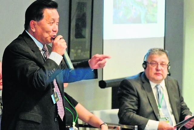Wejście w Nowy Jedwabny Szlak to szansa, która może się już nie powtórzyć - żywo apelował Hu Zheng, prezes Chińsko- Białoruskiego Parku Przemysłowego (obok prof. Joanicjusz Nazarko z politechniki).