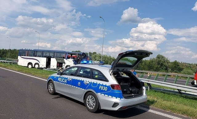 W czwartek (29 lipca) Komenda Wojewódzka Policji w Łodzi poinformowała, że kutnowscy funkcjonariusze wciąż wyjaśniają okoliczności środowego wypadku na autostradzie A1 pod Kutnem. Przypomnijmy, że na wysokości miejscowości Niedrzew Drugi autokar wiozący harcerzy z Piaseczna pod Warszawą uderzył w samochód ciężarowy. W czwartkowy wieczór w szpitalu – na skutek tego wypadku – wciąż pozostawały dwie osoby.>>> Czytaj dalej przy kolejnej ilustracji >>>