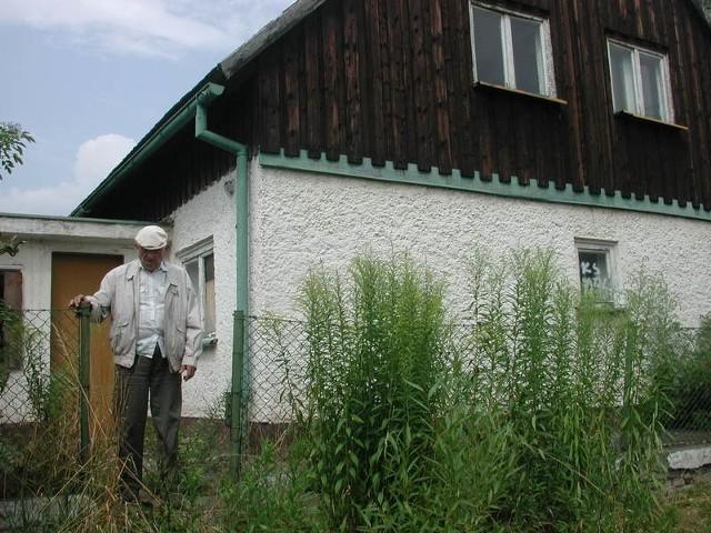 - Nie mozemy spokojnie patrzeć na to, jak porządny dom w środku naszej dzielnicy obraca się w ruinę - mówi Antoni jedynak.