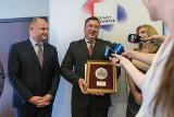 Krzysztof Gorzycki obezwładnił napastnika, który wtargnął do szkoły. Teraz odebrał medal [zdjęcia]