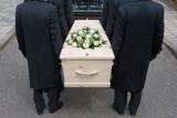 Jak złożyć kondolencje? Co powiedzieć rodzinie zmarłego? Konkretne przykłady kondolencji - wyrazy współczucia po śmierci [sms, list, druk]