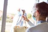 Czy dezynfekować zakupy ze sklepu oraz przesyłki kurierskie i pocztowe w czasie epidemii koronawirusa? O czym pamiętać, zamawiając na wynos?