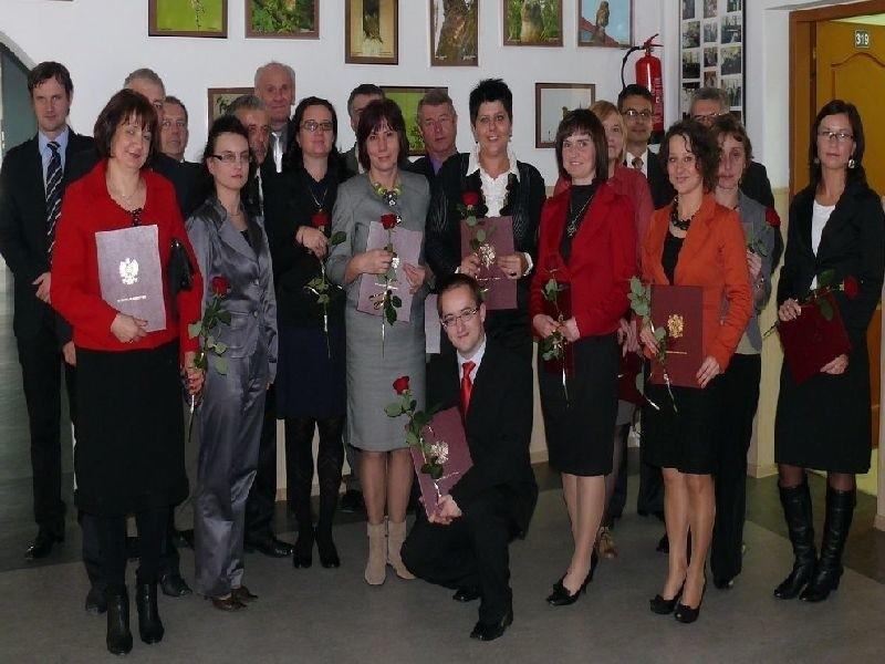 Nagrodzeni nauczyciele ze szkół ponadgimnazjalnych z władzą powiatu włoszczowskiego.