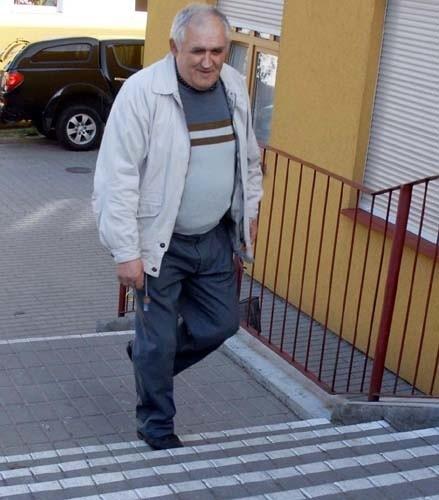 - Tu zauważono nasz problem - Zdzisław Kamiński mówi o oznakowanych schodach do budynku przy ul. Wolności w Choszcznie, w którym przyjmują lekarze.