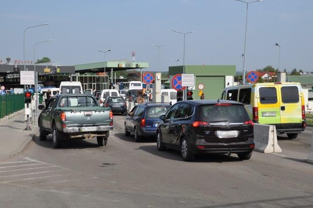 W miniony weekend na podkarpakcich przejściach granicznych z Ukrainą odprawiono rekordową ilość podróżnych i pojazdów.