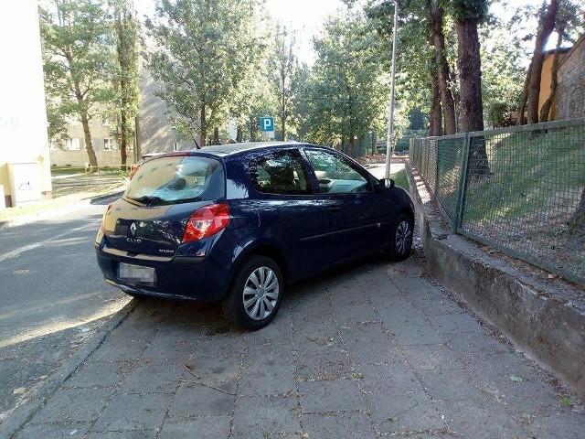 Renault na tablicach z Krosna Odrzańskiego stał na ul. Witebskiej niedaleko przedszkola. Widać, że mistrz parkowania potraktował go jak miejsce parkingowe.