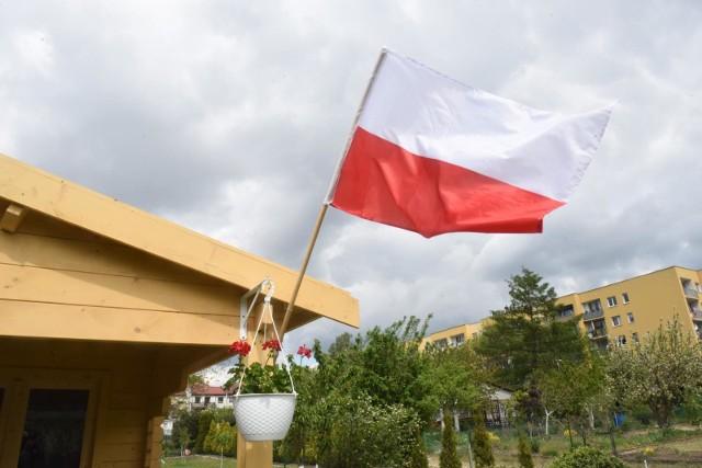 - Zachęcam, abyśmy wszyscy 11 listopada wywiesili przed domami czy na balkonach piękne biało-czerwone flagi. Pokażmy, że choć jesteśmy w murach mieszkań, to wypełniają je miłość i szacunek do Polski - mówi Łukasz Mikołajczyk.