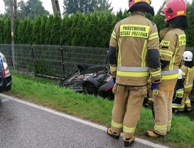 Kierująca seatem wypadła z drogi na łuku, samochód dachował w rowie.
