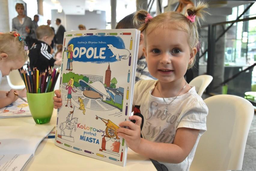 """Jako pierwsze kolorowankę otrzymały maluchy z Niepublicznego Przedszkola """"Kubuś"""" w Opolu."""