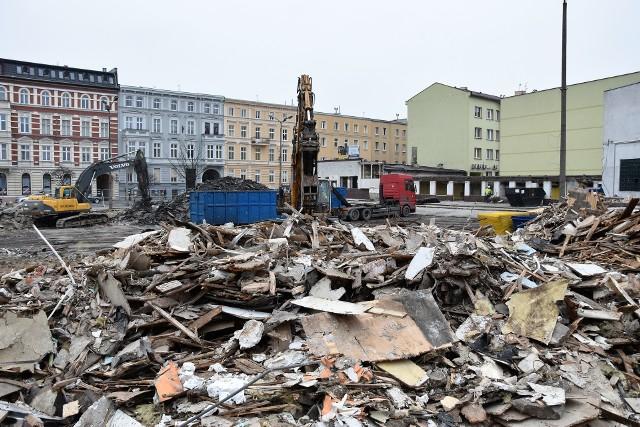 Centrum przesiadkowe Opole Główne. Trwają prace rozbiórkowe na dworcu, budowlańcy mają się wkopać na dwa metry pod poziom gruntu.