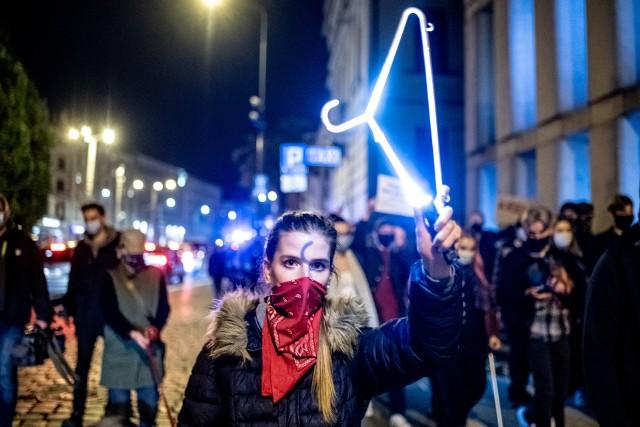 Wieczorem 21 października kilkaset osób protestowało w Poznaniu przeciwko wyrokowi Trybunału Konstytucyjnego, zakazującemu przerywania ciąży ze względu na wady płodu
