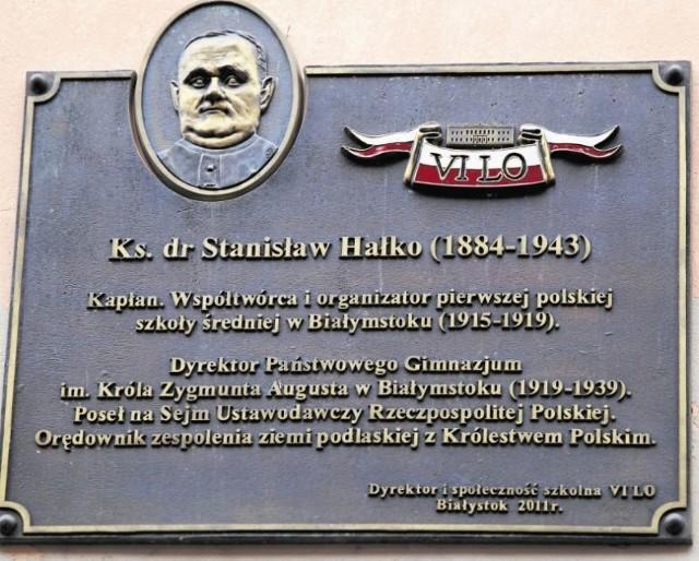 Tablica poświęcona twórcy szkoły księdzu doktorowi  Stanisławowi Hałko, ufundowana przez dyrekcję i społeczność VI LO, które kontynuuje tradycję dawnego gimnazjum
