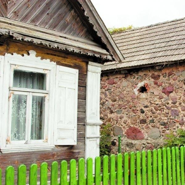 Kamień, drewno i biebrzański styl dekoracji domów zachował się jeszcze w Dolistowie