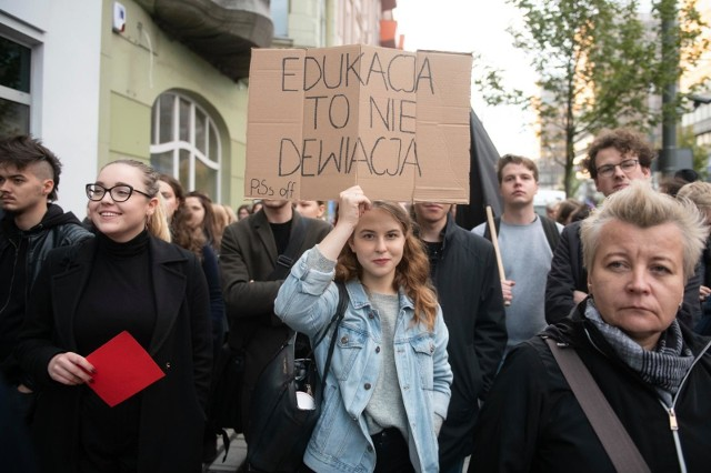 """W związku z zapisami pojawiającymi się w projekcie """"Stop Pedofilii"""" między innymi w Poznaniu w czasie październikowego głosowania odbywały się protesty."""