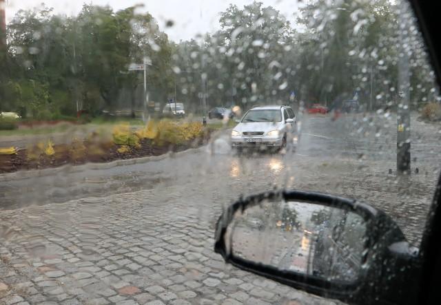 Opłaty za korzystanie z kanalizacji deszczowej pobierane są też  za ulice.  Ta stawka jest dużo niższa: 0,59 zł netto za metr kw. W tym przypadku głównym płatnikiem jest samorząd miasta