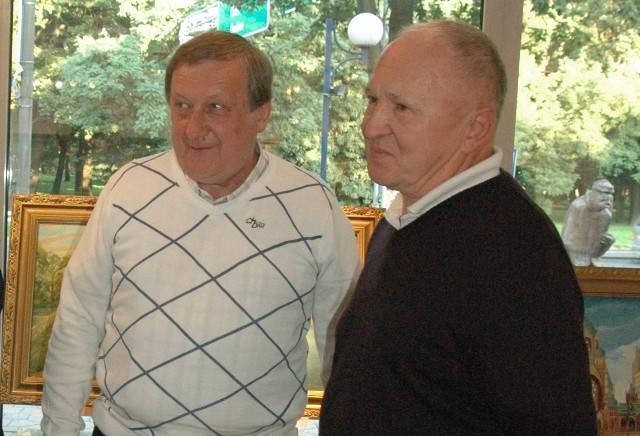 W miejskim ośrodku prezentowana jest kolekcja Zygmunta Opolskiego (z lewej). Na piątkowy wernisaż przyjechał jeden z autorów Edward Mirowski.