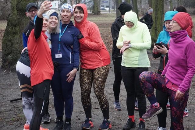 Parkrun w Łodzi. Zobacz zdjęcia z biegu na 5 km, który odbył się już 403 raz. Bieg w parku Poniatowskiego 15 lutego 2020 najszybciej ukończyli Łukasz Wojnicki (17.47) oraz Marta Bukowska (21.49).