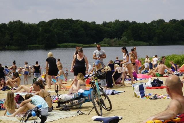 """W Poznaniu i powiecie poznańskim w tym sezonie będzie działać 16 kąpielisk. Z naszego zestawienia dowiecie się nad jakie kąpielisko wybrać się w upalne dni, gdzie za darmo zaparkujemy samochód, zagramy w siatkówkę, a także wypożyczymy rowerki i kajaki. Sprawdźcie, gdzie sanepid określił stan wody jako """"doskonałej jakości"""" i w jakich godzinach nad bezpieczeństwem pływających czuwają ratownicy. W 2019 roku w Poznaniu i powiecie poznańskim, oprócz 14 już funkcjonujących kąpielisk, doszły dwa nowe miejsca, gdzie pod opieką ratowników można wypocząć na plaży.Szczegóły na kolejnych slajdach --->"""