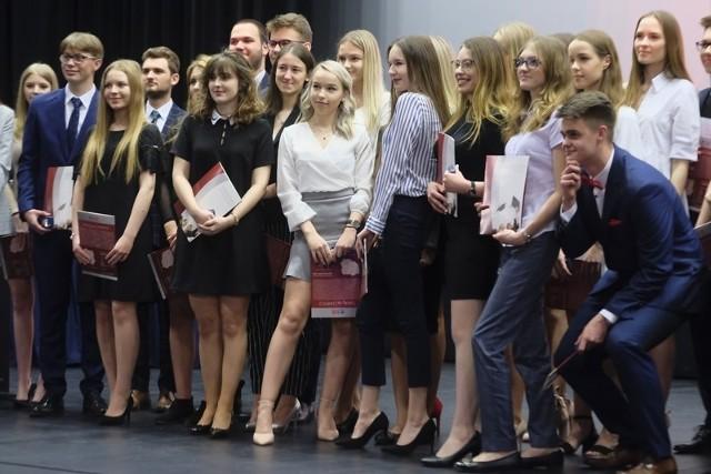Uczniowie, którzy w tym roku będą zdawać egzamin dojrzałości, zakończyli dzisiaj rok szkolny i odbierali świadectwa ukończenia szkoły. Przed nimi matury, które rozpoczną się w poniedziałek 6 maja. Uczniowie trzecich klas V Liceum Ogólnokształcącego w Toruniu zakończyli rok szkolny w Od Nowie.