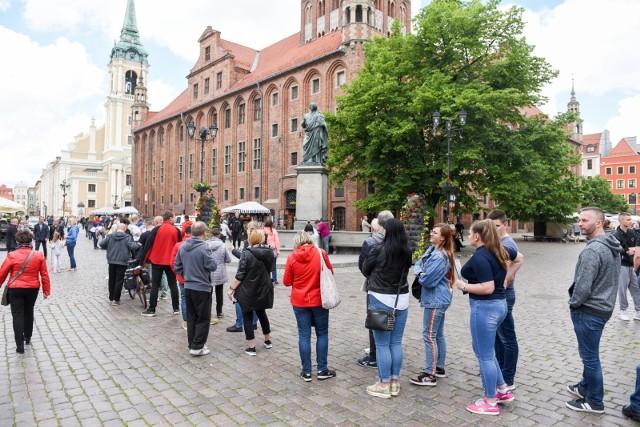 Kolejka do Mobilnego Punktu Szczepień w Toruniu