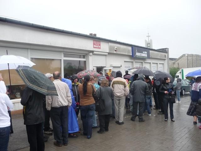 Ludziom nie przeszkadzał deszcz, stali w długiej kolejce, aby otrzymać żywność.
