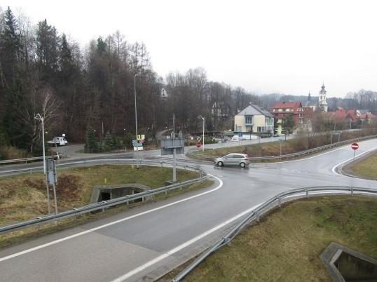 W miejscu widocznych na zdjęciu dwóch skrzyżowań powstanie jedno duże rondo