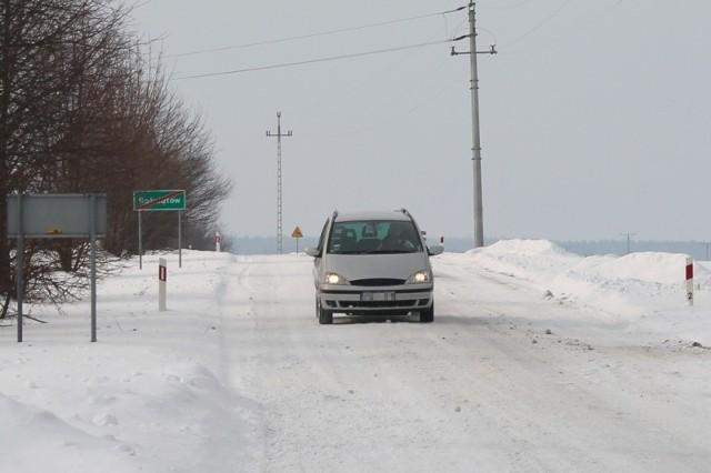 Pod nawierzchnią śniegu droga jest spękana i dziurawa.