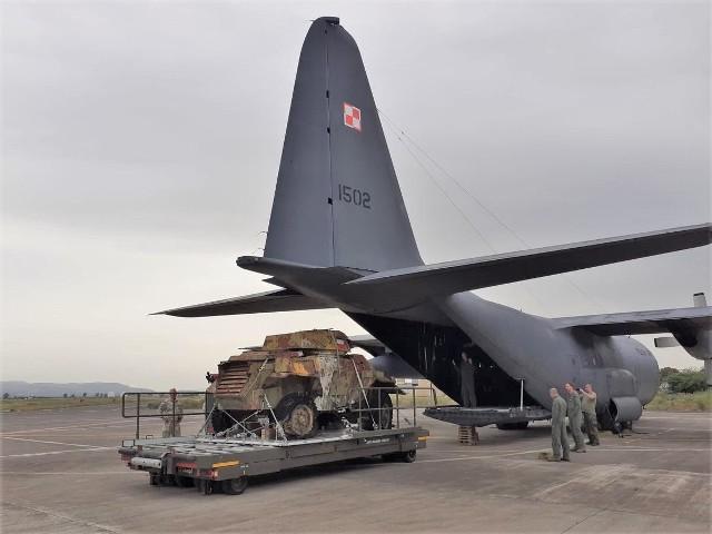 Żołnierze 10. Opolskiej Brygady Logistycznej przygotowali transport do Polski zabytkowego pojazdu wojskowego. Przyleciał on na pokładzie samolotu Hercules C-130E.