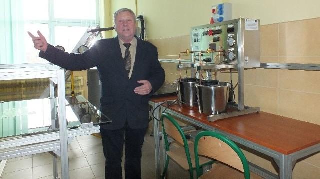 Działanie urządzeń w Laboratorium Odnawialnych Źródeł Energii prezentuje Stanisław Łukomski, nauczyciel przedmiotów mechatronicznych i elektronicznych