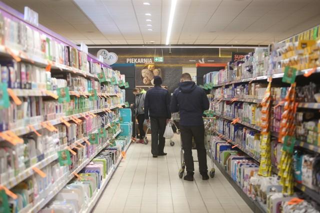Zakaz handlu w niedziele nie obejmuje placówek pocztowych. W związku z tym coraz więcej sklepów wprowadza świadczenie tych usług, aby obejść zakaz.Sprawdź w galerii, które sklepy otwarte są w niedziele --->