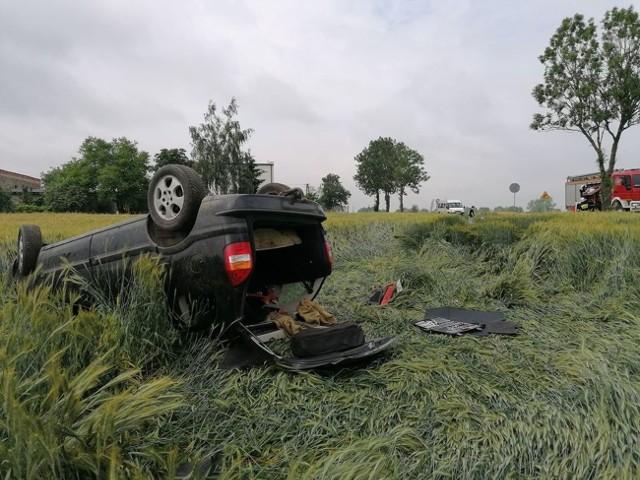 Kierowca z nieznanych jeszcze przyczyn stracił panowanie nad pojazdem i dachował w polu