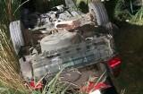 Pijany kierowca dachował oplem. Został zakleszczony. Pojazd zaczął się palić