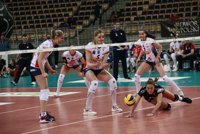 Pavla Vincourova i Agnieszka Kąkolewska siłą woli starają się wpłynąć na piłkę, by nie sięgnęła jej Athina Papafotiou z ŁKS