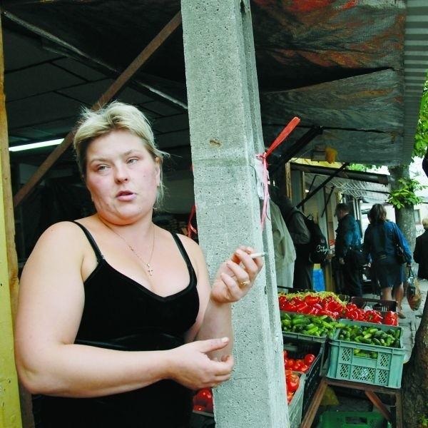 - Nikogo nie interesuje nasz los, a wystarczy tylko wydzielić teren na handel i nawet sami moglibyśmy w to zainwestować - mówi Magdalena Tomaluk, pracująca na straganie przed stadionem Jagiellonii