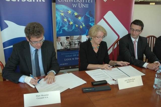 Piotr Mrowiec z firmy Cersanit i profesor Regina Renz, rektor Uniwersytetu Jana Kochanowskiego w Kielcach podpisują umowę o współpracy.
