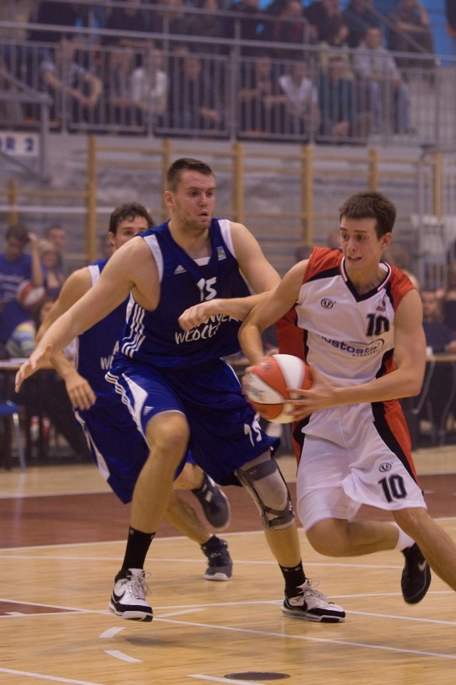 Mierzący 208 cm Wojciech Barycz (z lewej) ma na koncie grę w kilku klubach z ekstraklasy, a ostatnio był solidnym graczem w 1 lidze.