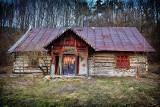 Opuszczony dom niedaleko Przemyśla. Zobacz, co skrywają jego wnętrza [ZDJĘCIA]