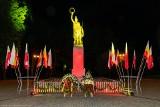100 lat Jagiellonii. Pomnik przyjął żółto-czerwone barwy