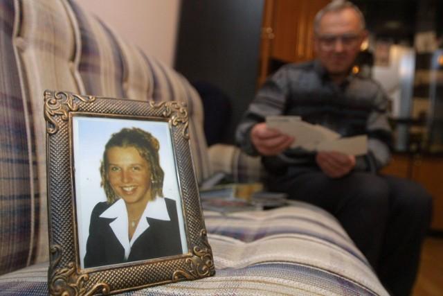 Pan Józef Serafin z Krajnika w pokoju córki. Przegląda pamiątki po zmarłej. Czeka - nawet nie na wyrok. Na rozpoczęcie procesu.